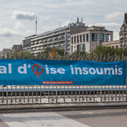 """Banderole """"Val d'Oise insoumis"""" Marche contre le coup d'état social des ordonnances Macron. Bassin de l'arsenal X Place de la Bastille, Paris. 23/09/2017 #jaibastille"""