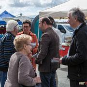 Christophe Miqueu et Nathalie Chollon-Dulong dialoguent avec des électeurs sur le marché de La Réole. 21 mai 2017