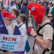 """""""Être bien équipé : Mise ne marche de la petite caméra"""" Marche contre le coup d'état social des ordonnances Macron. Place de la Bastille, Paris. 23/09/2017 #jaibastille"""