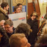Tandis que BFM TV est à pied d'œuvre, les Jeunes Socialistes restent très communicants. Bain de foule de Benoît Hamon. Théâtre Fémina, Bordeaux. #benoithamon2017