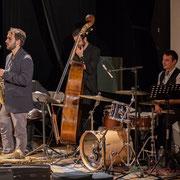Paul Robert, saxophones; Aurélien Gody, contrebasse; Hugo Raducanu, batterie; Carmen in Swing