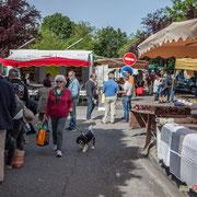 Les militants de la France insoumise tractent dans les allées ou aux entrées du marché de Latresne. 21 mai 2017