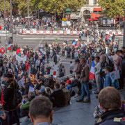 Tout autour de la Place de la Bastille, les différentes régions se regroupent, les cortèges se forment. Marche contre le coup d'état social des ordonnances Macron. Place de la Bastille, Paris. 23/09/2017 #jaibastille