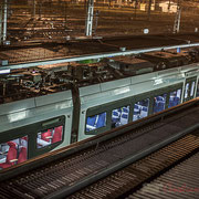 Extérieur nuit, sous la pluie, wagons du Transport express régional (TER) Nouvelle-Aquitaine, Gare Saint-Jean, Bordeaux