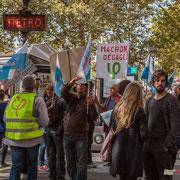 """11h54 """"Macron dégage"""" Marche contre le coup d'état social des ordonnances Macron. Place de la Bastille X Rue du Faubourg Saint-Antoine, Paris. 23/09/2017 #jaibastille"""