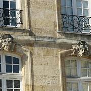 Mascarons de Bordeaux, à visages de femme et d'homme barbu chevelu, façade place du Parlement. Reproduction interdite - Tous droits réservés © Christian Coulais