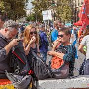 """""""Pause repas avant la grande marche 3"""" Marche contre le coup d'état social des ordonnances Macron. Esplanade du port de l'arsenal, Paris. 23/09/2017 #jaibastille"""