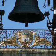 La grosse cloche actuelle fut coulée en 1775 par le fondeur Turmel. 7800kg. Diamètre & hauteur : 2m. Au centre de la grille, fer forgé  du XVIIIè s., écusson face sud les armes de la ville, face nord, gargouilles grimaçantes & inscriptions 1592.