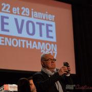 Jean-Marie Darmian, en excellent communicant, immortalise le bain de foule de Benoît Hamon. Théâtre Fémina, Bordeaux. #benoithamon2017