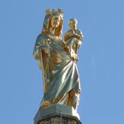 233 marches pour atteindre le sommet de la tour Pey-Berland, et qui a la forme d'une galerie autour de la flèche. Elle se trouve à environ 50m du sol. La statue de la Vierge (6m) se trouve à 60m. Bordeaux. Tous droits réservés © Christian Coulais