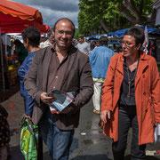 Christophe Miqueu et Nathalie Chollon-Dulong arpentent le marché de la Réole, avec d'autres militants de la France insoumise. 21 mai 2017
