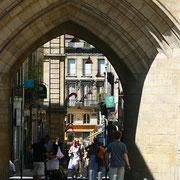 Grosse cloche édifiée au XVè s. sur les restes de l'ancienne Porte Saint-Éloy -Porte Saint-James du XIIIè s. adossée à l'église Saint-Éloi du XIIè s., ouverte sur le rempart du XIIIè s. sous laquelle passaient les pèlerins vers St-Jacques-de-Compostelle