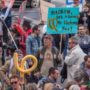 """""""Macron les insoumis ne te lâcheront pas"""" Marche contre le coup d'état social des ordonnances Macron. Place de la Bastille, Paris. 23/09/2017 #jaibastille"""