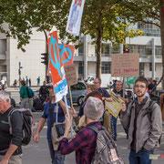 """""""Je travaille, tu travailles, il/elle travaille, nous travaillons, vous travaillez, ILS PROFITENT"""" Marche contre le coup d'état social des ordonnances Macron. Esplanade du port de l'arsenal, Paris. 23/09/2017 #jaibastille"""