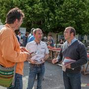Vincent Feld, directeur de campagne, Yann, mandataire, Christophe Miqueu, candidat aux élections législatives règlent des détails d'organisation. 21 mai 2017