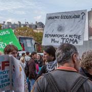 """""""Toujours PHIdèle"""" """"Urgence écologique ? demandons à Mme Irma"""" Marche contre le coup d'état social des ordonnances Macron. Place de la Bastille, Paris. 23/09/2017 #jaibastille"""