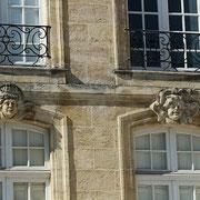 Mascarons de Bordeaux, à visages de femme et d'homme au sourire niais, façade place du Parlement. Reproduction interdite - Tous droits réservés © Christian Coulais