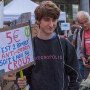 """""""5€ c'est 2 bombes anti-cafards soit 2 mois au CROUS"""" Marche contre le coup d'état social des ordonnances Macron. Place de la Bastille, Paris. 23/09/2017 #jaibastille"""