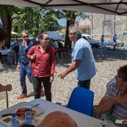 Richard Raducanu, suite à l'arrivée d'Anne Paceo, demande à l'artiste ce qu'elle désirait boire. Festival JAZZ360, Camblanes-et-Meynac, 10 juin 2017