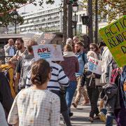 """""""Actionnaire rendez les sous du peuple"""" Marche contre le coup d'état social des ordonnances Macron. Place de la Bastille, Paris. 23/09/2017 #jaibastille"""