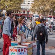 En attente de bras pour porter ces multiples réalisations. Marche contre le coup d'état social des ordonnances Macron. Place de la Bastille, Paris. 23/09/2017 #jaibastille