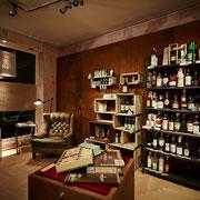 Die bereits bestehende Einrichtung des früheren Goldschmieds wurde mit ausgewählten Möbeln ergänzt, darunter eine Verkaufsvitrine von 1920 aus Wien