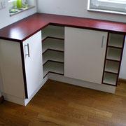 Küchensideboard  mit Oberplatte in Esche, rot gebeizt