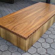 Loungetisch in Nußbaum mit  Lachsleder und Mäanderschnitzer