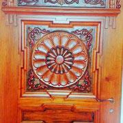 Zimmertür in Zirbelkiefer, beschnitzt