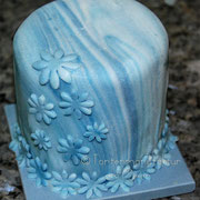 Minifondanttorte mit marmoriertem Fondant