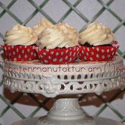 Schokoladen-Cupcakes mit weißer Schokoladenmousse