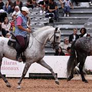 Foto: Elisabeth de Corbigny montando Equitación Etológica en una feria de caballos