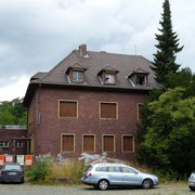 Das Büro- und Wohnhaus mit verwildertem Vorgarten