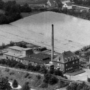 Luftbild nach 1957, der erste Anbau ist am helleren Dach erkennbar