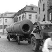 Transport eines Heizkessels vor Haus Basten
