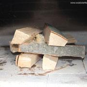 Feuer machen bei beim Brotbacken