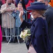 Königin Beatrix trägt den Strauß von Jaap Dekker