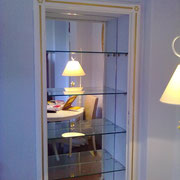 Specchio incassato in nicchia con mensole in vetro