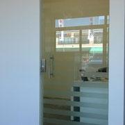 porta a vetro trasparente con disegno sabbiato