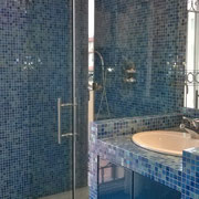 box doccia con cerniere vetro-muro e fisso frontale e laterale