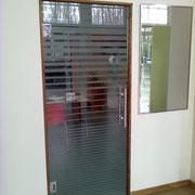 porta a vetro trasparente con disegno sabbiato e cerniere oleodinamiche