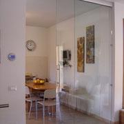 porta scorrevole in vetro trasparente