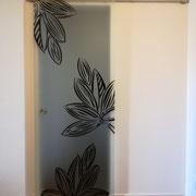 porta scorrevole con vetro satinato e disegno con resine epossidiche