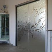 porta scorrevole in vetro sabbiato con disegno trasparente