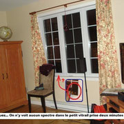 Photo prise deux minutes « avant » la photo précédente. La petite flèche nous indiques qu'il n'y a rien d'autre que de la noirceur dans le petit vitrail contrairement à l'illustration encadré en bleu.