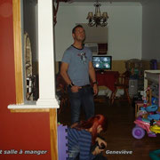 Geneviève et Stéphane inspectent les lieux du salon et de la salle à manger.