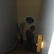 L'enquête débute au sous-sol. Le lieu où il semble y avoir le plus de manifestations selon les parents.