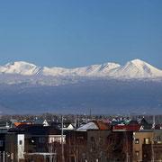 大雪山連峰と街並み