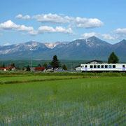 JR富良野線と十勝岳連峰