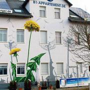 Fassade mit Logo und Motiv in Berlin
